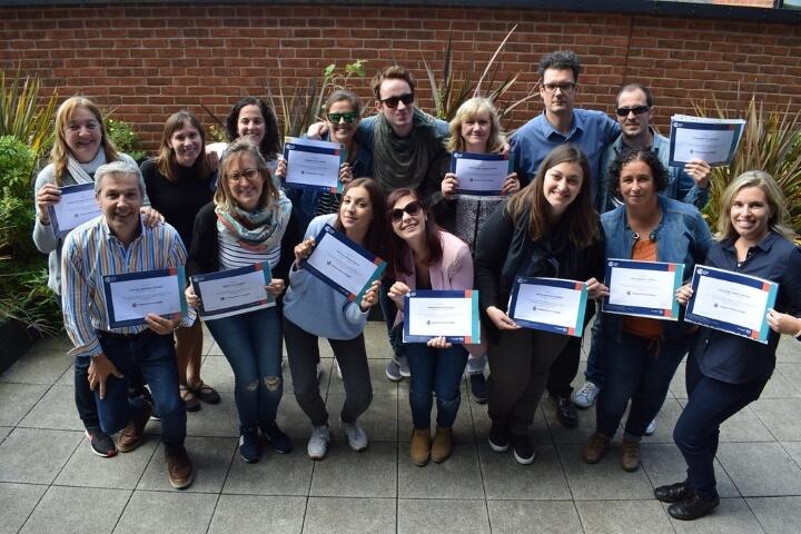 Alumnos con sus certificados de inglés -