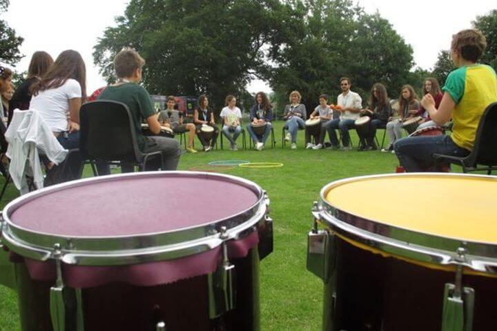 Actividades en un ambiente internacional - Música, deportes, excursiones y más.