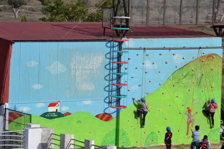 Actividades deportivas en las instalaciones del campamento - Rocódromo