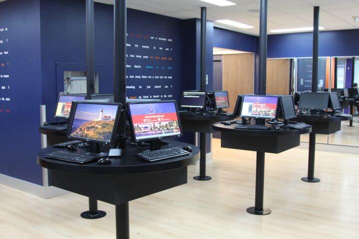 La escuela dispone de instalaciones modernas y acceso al internet - Sala de ordenadores modernos