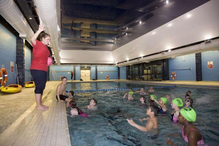 Piscina cubierta climatizada - Práctica de actividades como natación, baloncesto, etc.