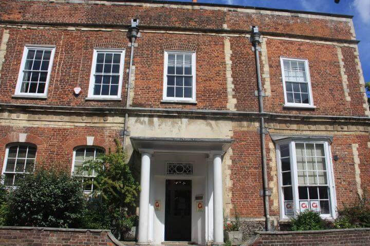 La escuela - En el centro de Canterbury