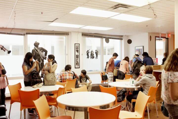 Sala de ocio - Zona para relajarse, descansar, comer y hablar con tus compañeros en inglés, francés o los dos