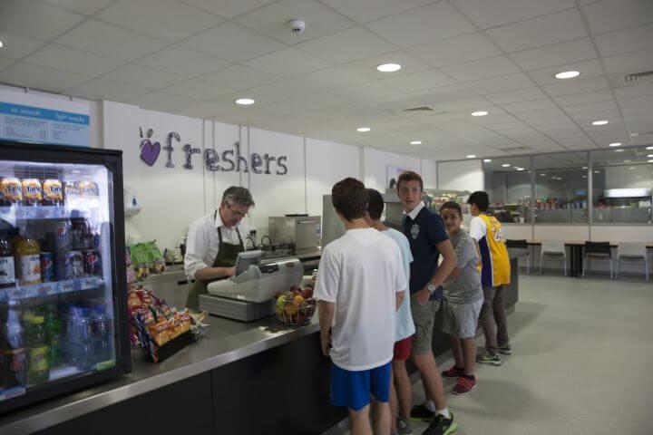 Cafe del College donde los estudiantes pueden comprar - Worthing Inglaterra