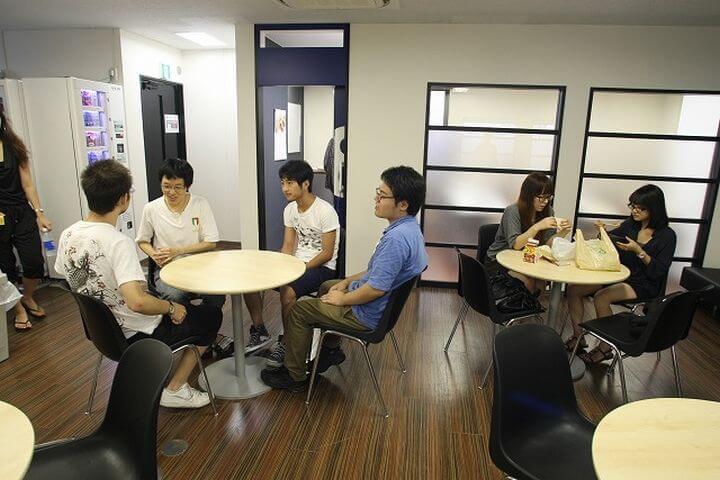 Socializa en japonés - Estudia japonés en una escuela que tienen salas para el ocio, como la cafetería, para que te puedas relajar en los descansos y conocer a tus compañeros.