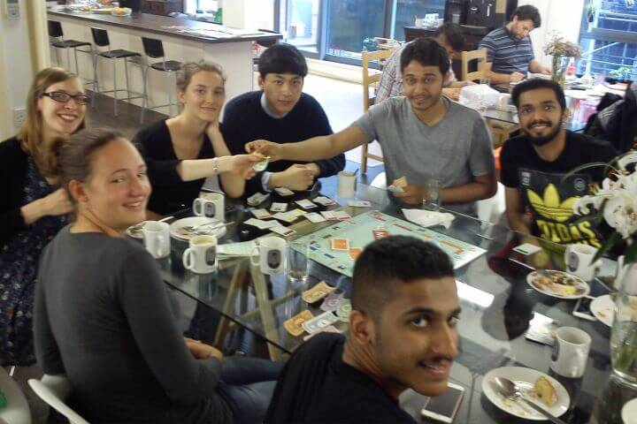 La cafetería - En la cafetería de la escuela se puede descansar y divertirse con amigos
