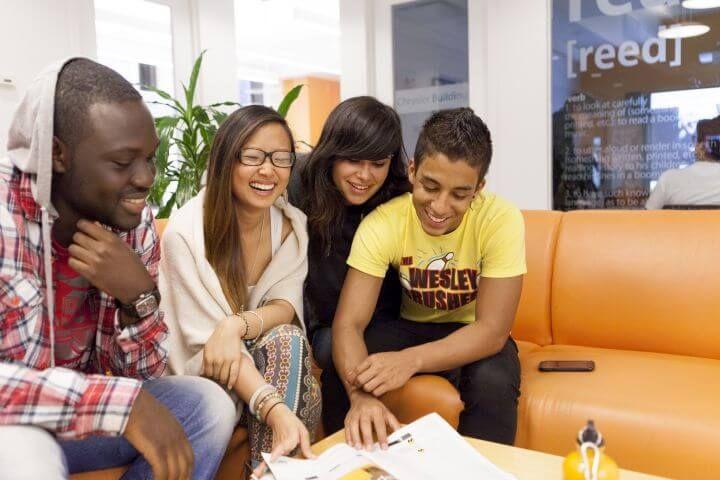 Sala lounge - Espacios para relajarse y hablar con los compañeros entre clase y clase