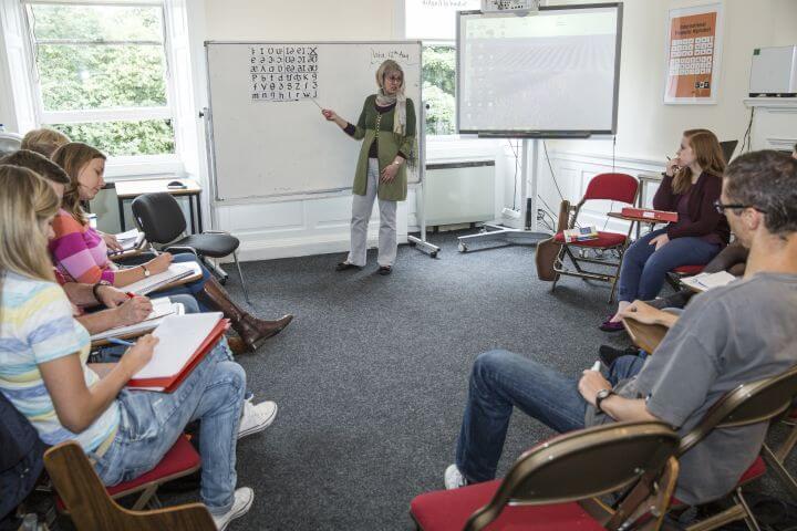Amplias aulas de formación para diferentes cursos de inglés. - Profesores cualificados que van a estar pendientes de tu evolución individual.
