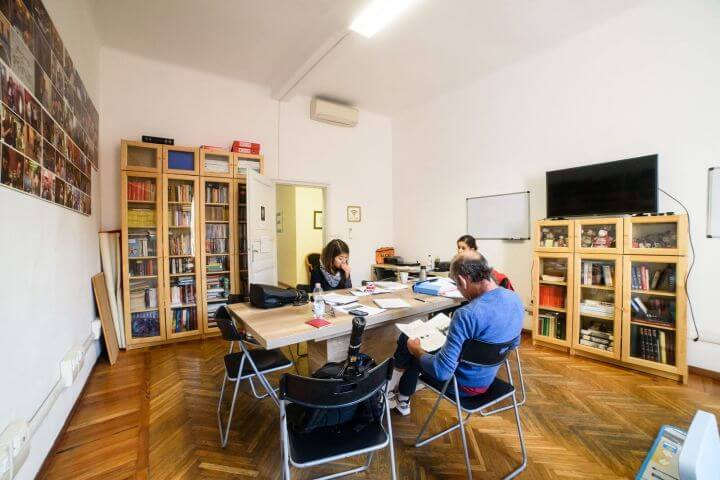 Biblioteca y espacios de encuentro para los estudiantes. - Practicar el idioma con tus compañeros durante los momentos de relax.