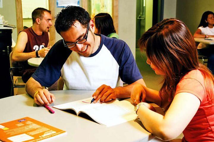 Instalaciones prácticas y modernas - Escuela con sala de estudio y sala de ordenadores