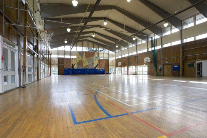 El gimnasio - Instalaciones indoor para deportes como fútbol o natación
