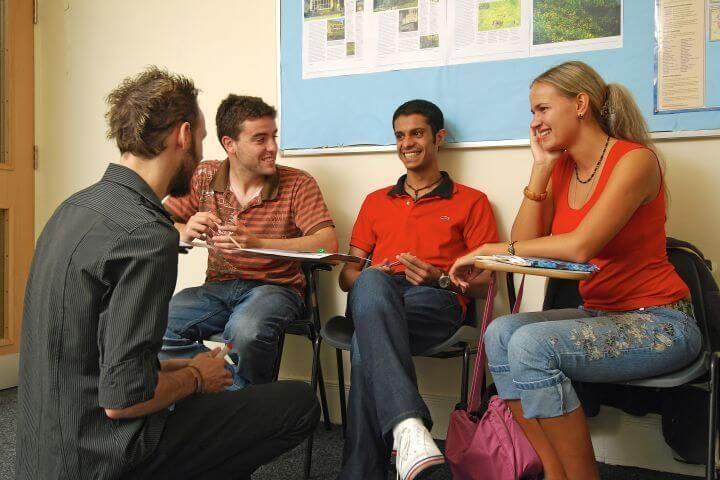 Clases dinámicas  - Aulas bien equipadas y profesores altamente cualificados