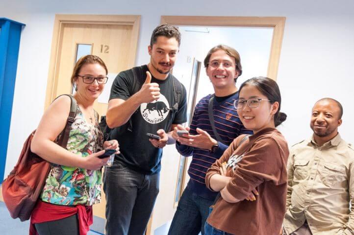 En los descansos del curso los estudiantes siguen practicando el idioma. - Estudiantes de diferentes nacionalidades.