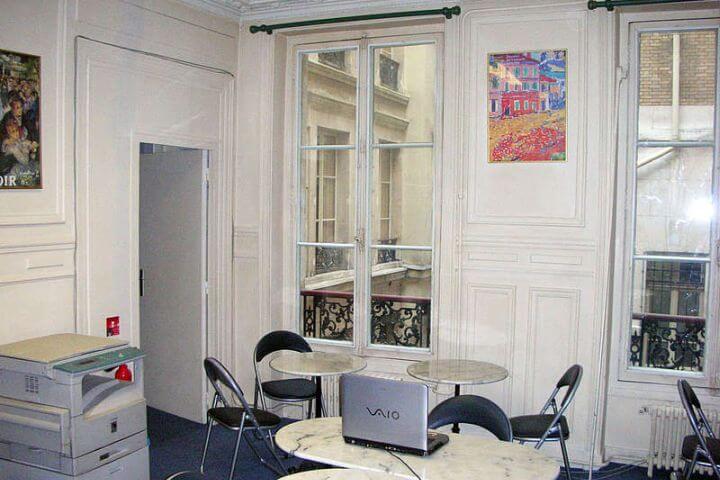 En la sala de estar podrás practicar francés con tus compañeros de la escuela. - Paris, Francia