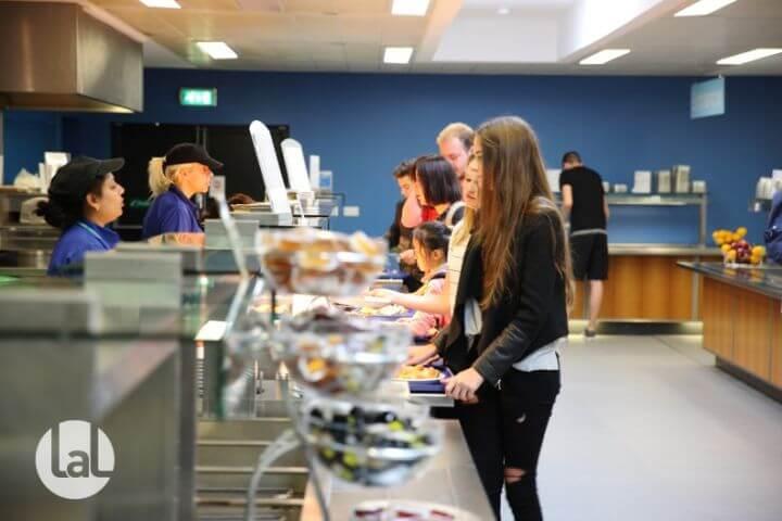 Un gran comedor dentro de la Universidad ofrece pensión completa a los jóvenes. - Menús variados para elegir cada día.