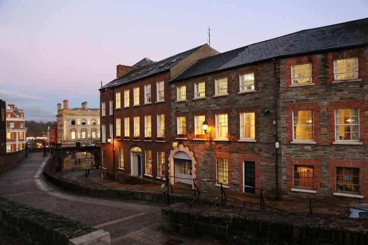 La escuela - Edificio de arquitectura georgiana en el centro de Derry