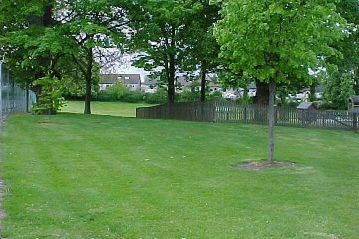 Vista de los amplios jardines de la escuela - Rathdown College, Dublin