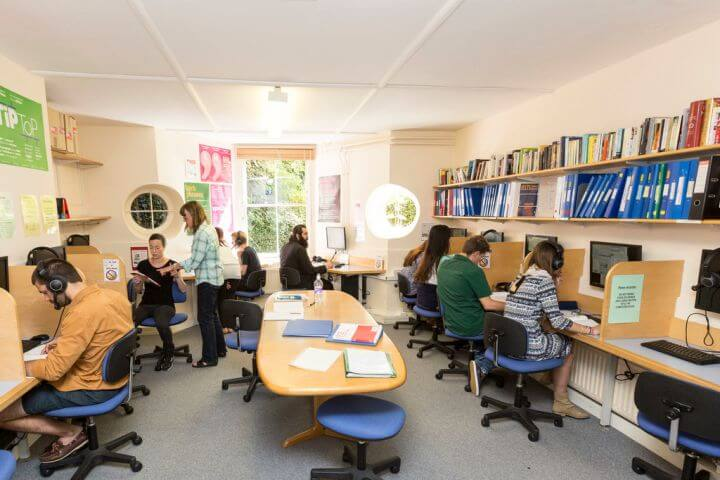 Sala multimedia - Hay ordenadores, Internet y Wifi