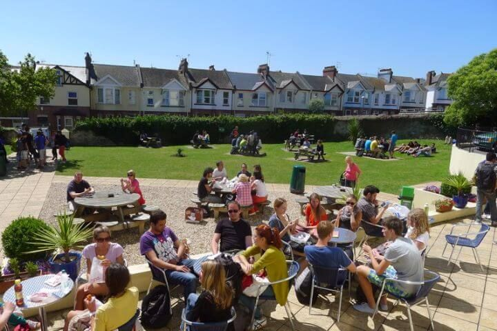 Jardín de la escuela - El patio es especialmente popular en primavera y verano