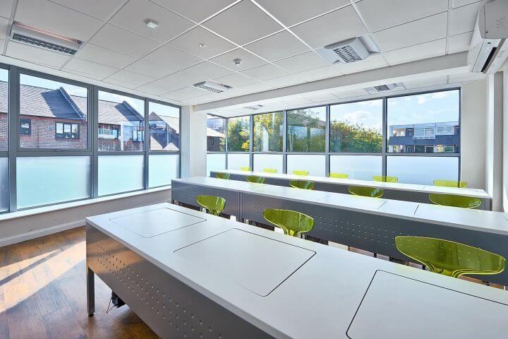 Instalaciones de la escuela - Amplias y luminosas aulas en la escuela de Londres en Greenwich