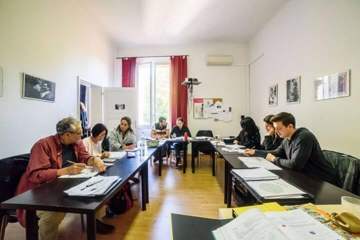 Escuela ubicada en el centro de Bolonia con amplias aulas. - La escuela ofrece una ubicación perfecta para disfrutar de Bolonia.