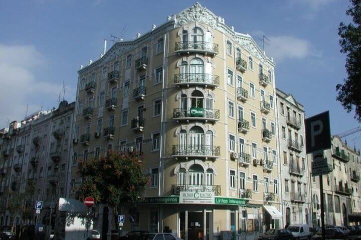 En pleno centro - El edificio de nuestra escuela de portugués en Lisboa se encuentra en el corazón de la ciudad de las siete colinas. Desde allí podrás caminar a lugares emblemáticos y estarás cerca de bares, restaurantes y tiendas.