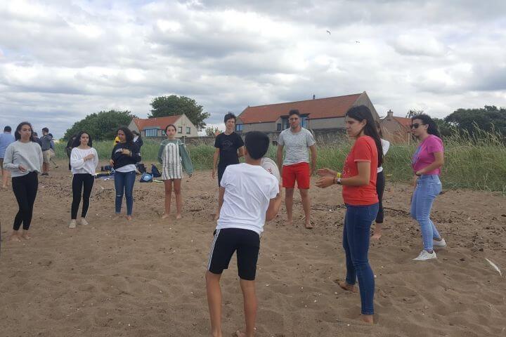 Inglés en Edimburgo Escocia - Actividades en la playa con los estudiantes internacionales