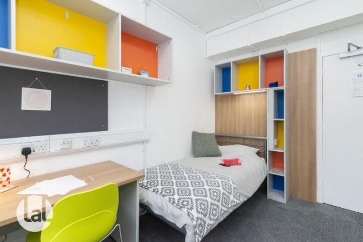 Habitación individual en Residencia. - Los estudiantes pueden elegir baño compartido o privado.