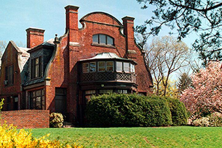 La escuela, Ramapo College  - La escuela en Nueva Jersey donde tienen lugar las clases