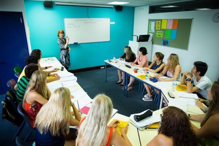 Las aulas - Amplias, bien equipadas y adaptadas a las nuevas tecnologías