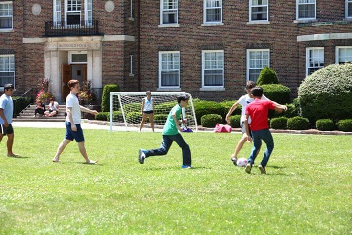 Jugar con compañeros en el campus - Los espacios grandes del campus son excelentes para jugar o practicar deportes