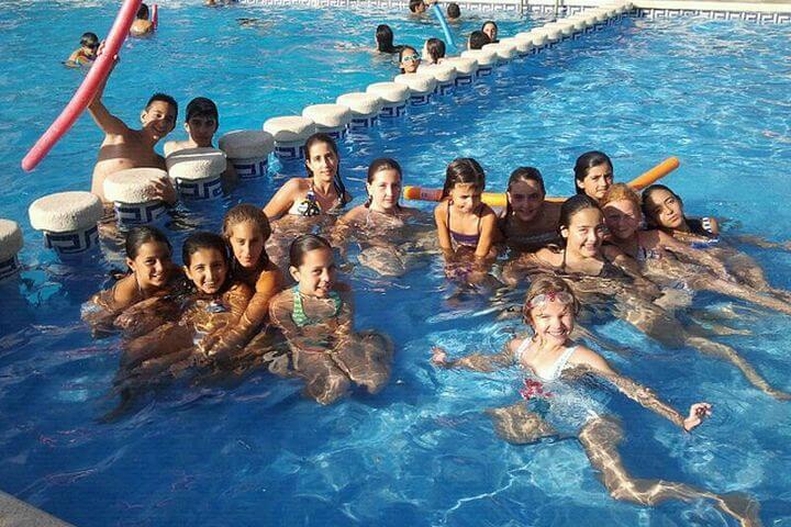 Piscina en las instalaciones del campamento - Lago artificial para los deportes acuáticos