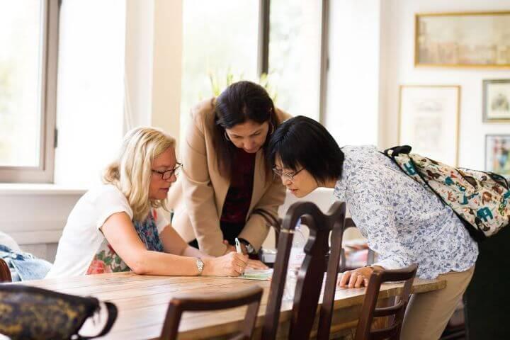 Estudiantes mayores de 30 años en toda la escuela - Aprende inglés en un ambiente adulto