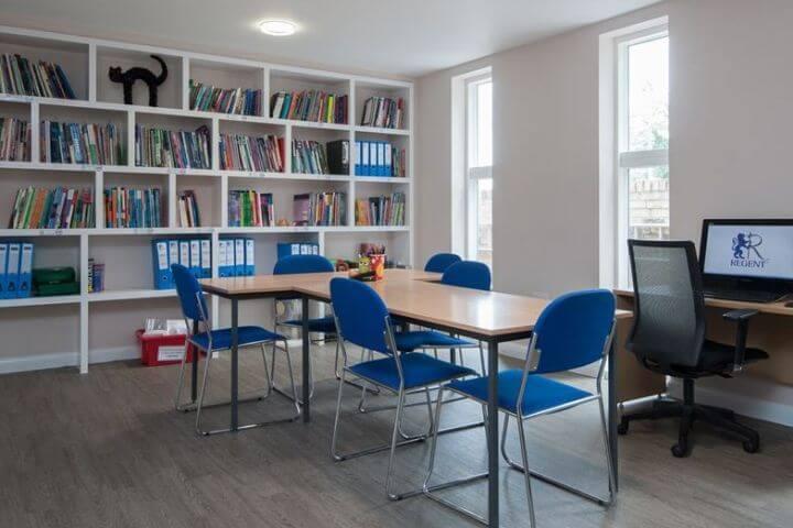Biblioteca para consultar documentación y estudiar - Curso de inglés en Cambridge
