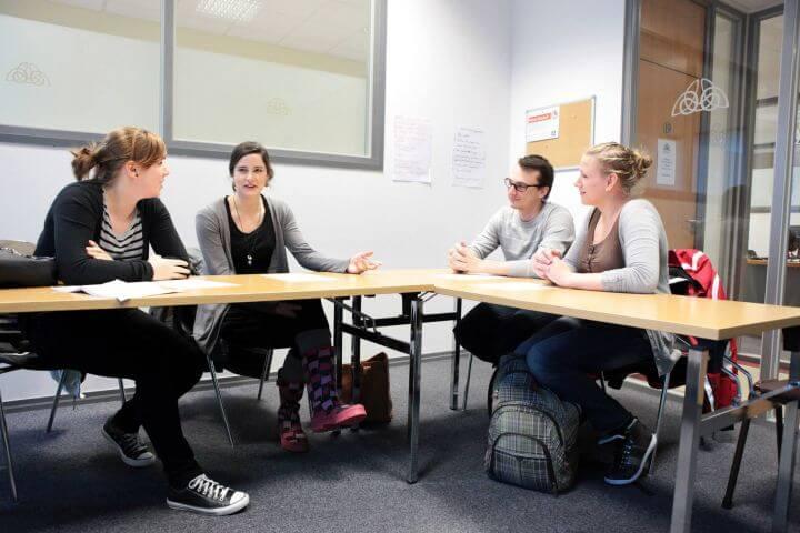 Grupos organizados según el nivel de idioma - Aulas amplias y acogedoras