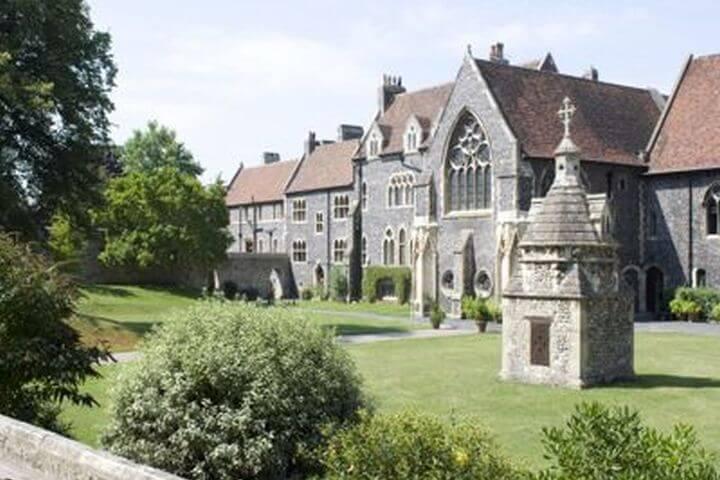 El Campus, con edificios medievales rodeado de zonas verdes - La escuela es uno de más históricas de Inglaterra