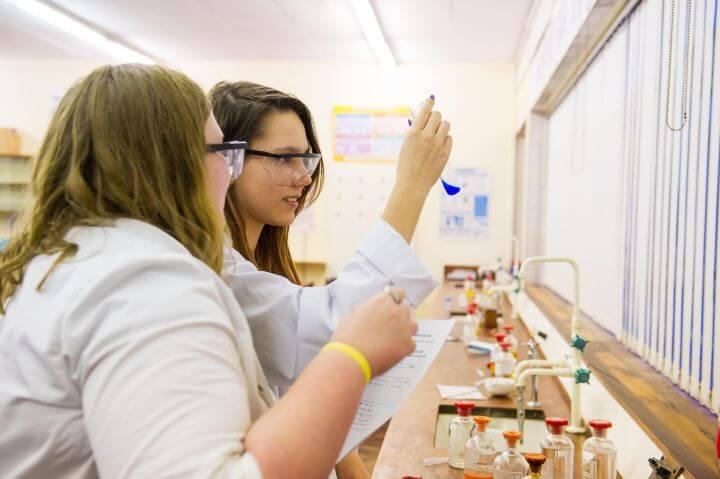 Estudiar asignaturas vocacionales para tu mejora del idioma - Estudiar ciencias en inglés