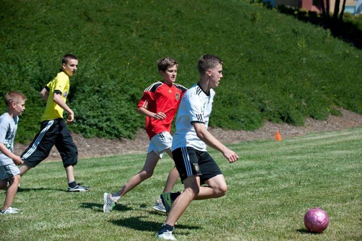 Divertirse con amigos en las instalaciones del campus - La escuela cuenta con unas zonas verdes amplias para hacer varias activiades, como practicar el deporte.