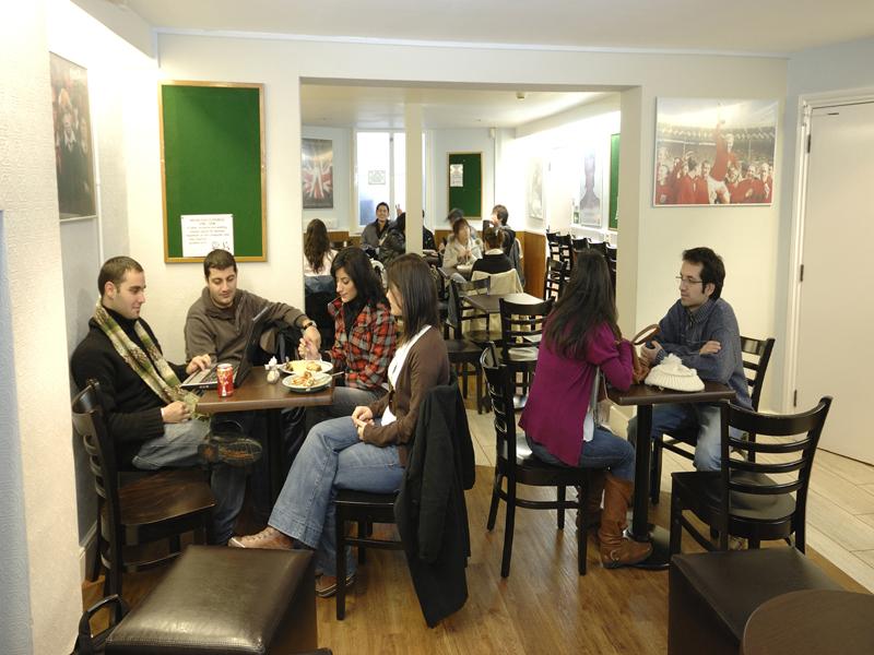 La cafetería de la escuela - Los alumnos se reúnen fuera y dentro de la escuela