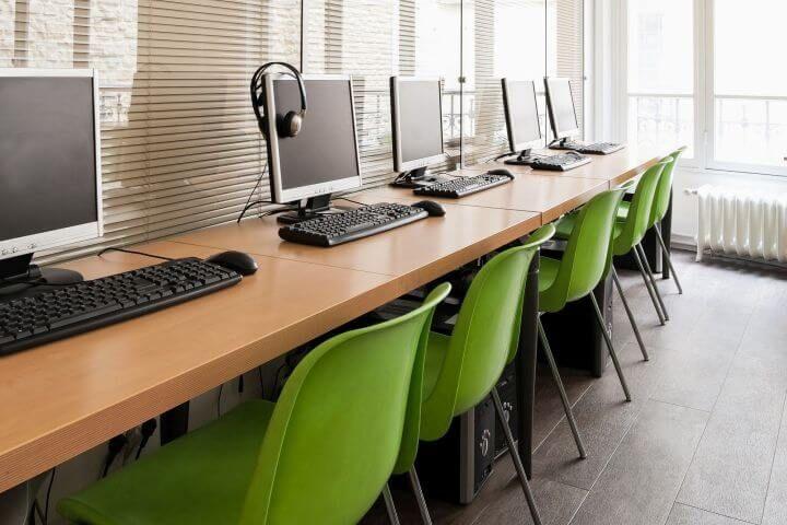 Siempre conectado, pero en francés - La escuela de francés en París cuenta con instalaciones modernas y bien equipadas: disfruta de la sala de ordenadores de la escuela y manténte conectado siempre con la red Wifi a disposición de los alumnos.