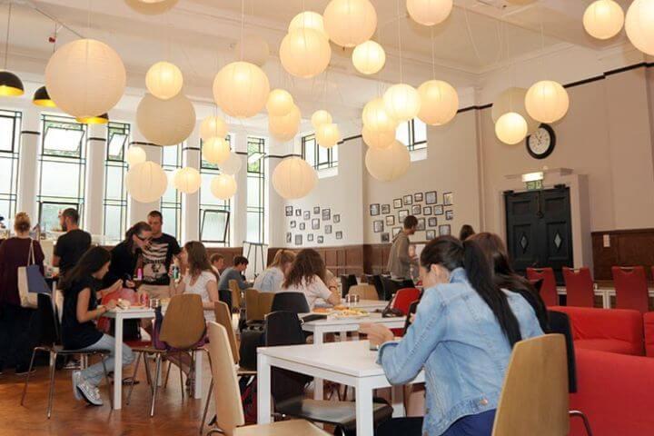 La sala de ecuentro en la escuela - En esta sala se puede relajar o estudiar.