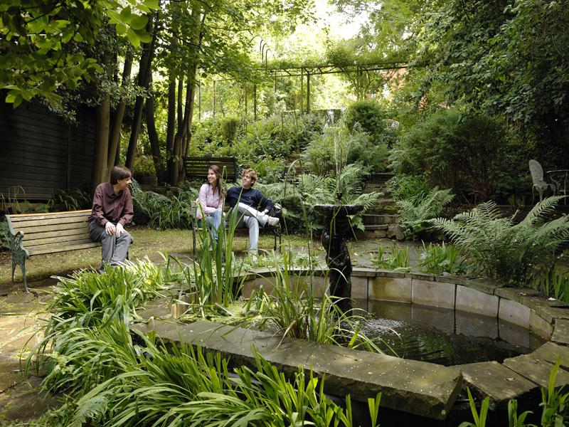 El jardín de la escuela - Lugar apacible para comer o tomar el aire