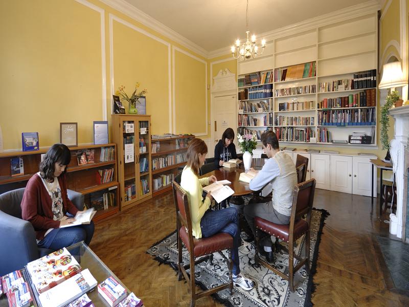 La biblioteca - Disponibilidad de libros y revistas