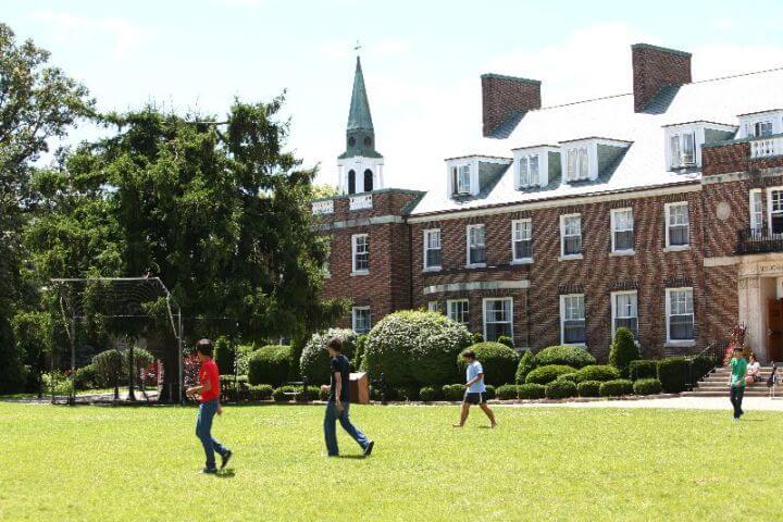 Nuestro Campus en Toronto - La ecuela y el campus con sus amplias zonas verdes