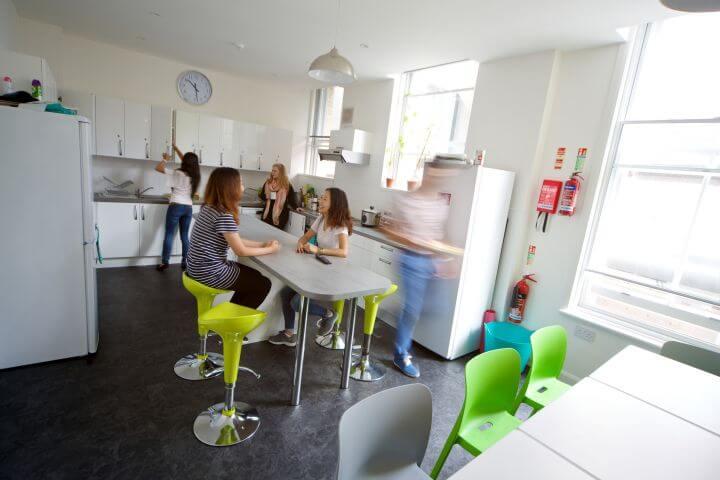 La cocina de uno de las residencias - Las cocinas son amplias y tienen todo que necesitas.
