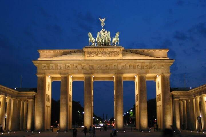 Estudia en el centro de Berlín - Aprende alemán en el centro de Berlín. Nuestra escuela está ubicada en el barrio Friedichstrasse, cerca de la Branderburger Tor y o Puerta de Brandenburgo.