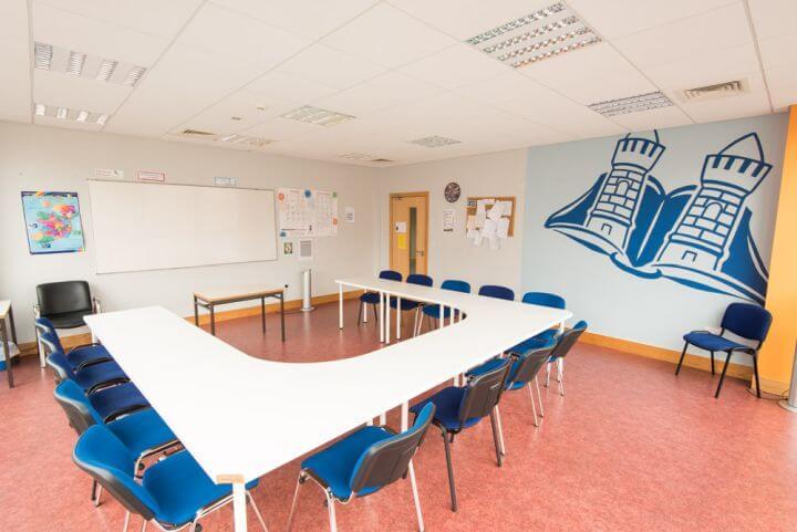 Aulas de formación amplias y modernas - Instalaciones de la escuela.