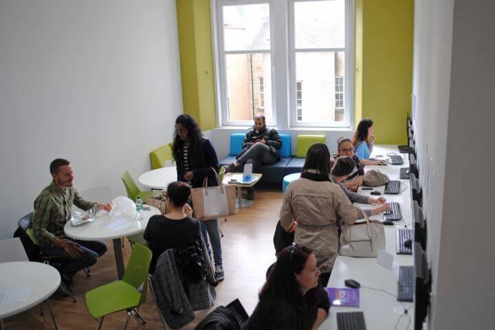 Cursos de inglés en grupos reducidos - La escuela de inglés de Glasgow te permite estudiar inglés en grupos reducidos por lo que la atención de los profesores es personalizada y siempre a favor de los intereses de los alumnos.