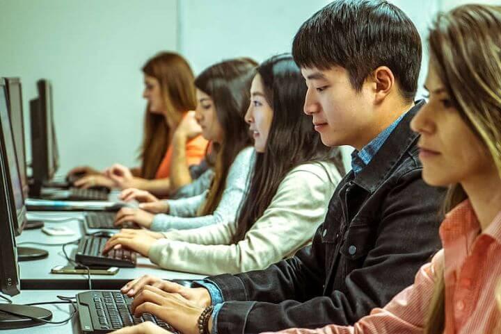 Sala de ordenadores con acceso a Internet -