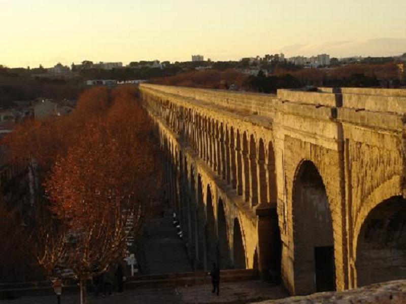 Programa sociocultural completo - Nuestra escuela de francés en Montpellier organiza actividades para que disfrutes de la ciudad y sus alrededores: visita la zona nueva y la zona vieja, prueba la gastronomía francesa, viaja a Avignon o a Uzès.